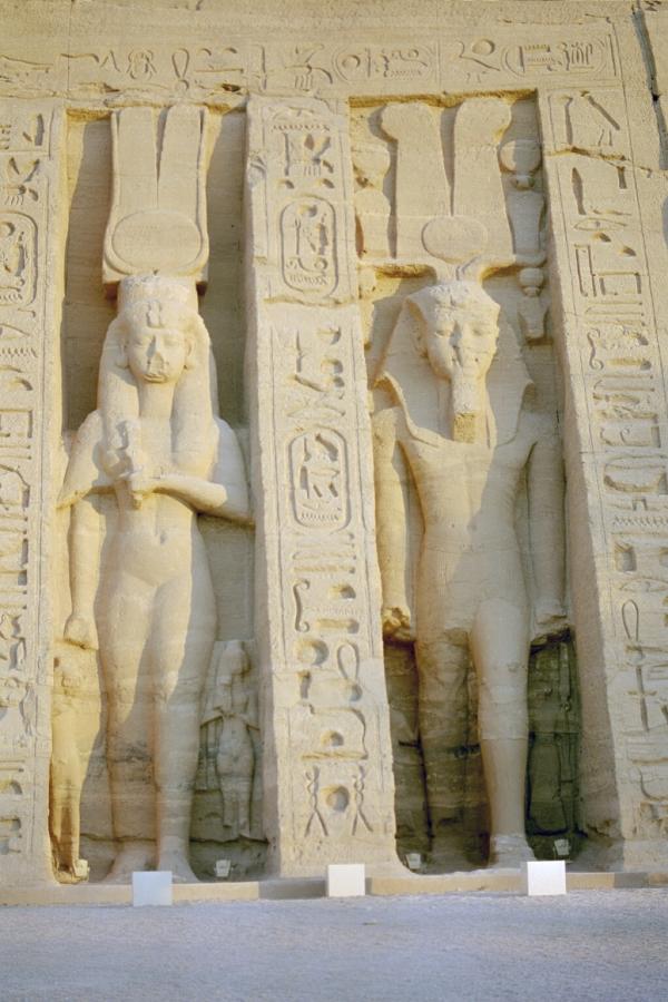 Il piccolo tempio di Nefertari ad Abu Simbel. La statua di Nefertari ha la stessa grandezza di quella di Ramses II per dimostrare il suo status e importanza (Wikimedia)