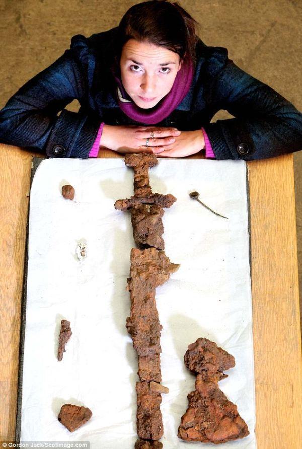 L'archeologa Helena Gray con alcuni dei ritrovamenti